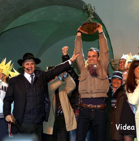 Deni_Bianco_premiato_dal_Pres.Fondazione_Carnevale_Di_Paola_Foto_Videa