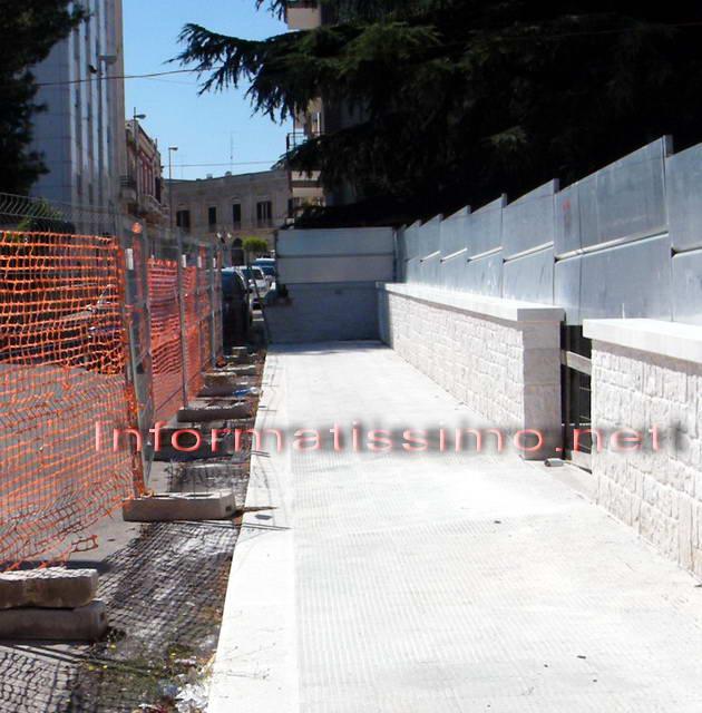 Via_Petruzzi_marciapiede_condominiale_sbarrato_nord