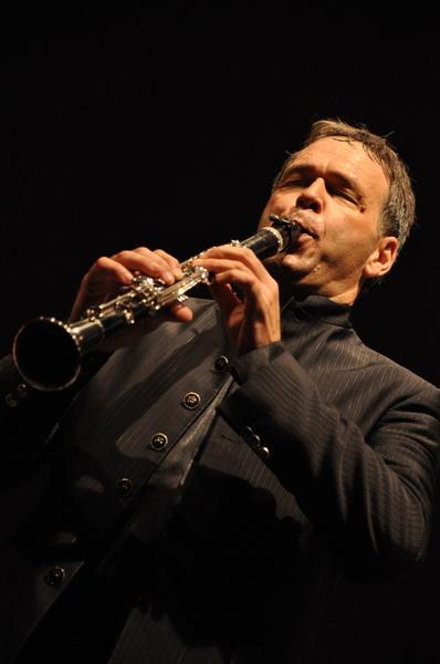 Antonio_Tinelli_solista_con_lOrchestra_Sinfonica_della_Provincia_di_Bari_low