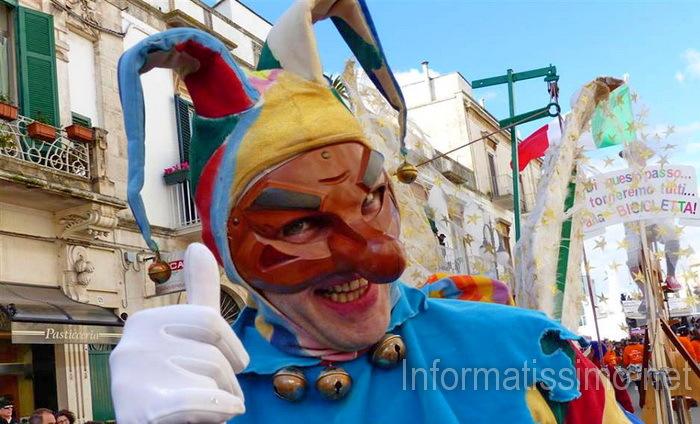 Carnevale di Putignano: anche i balconi vestiti a maschera