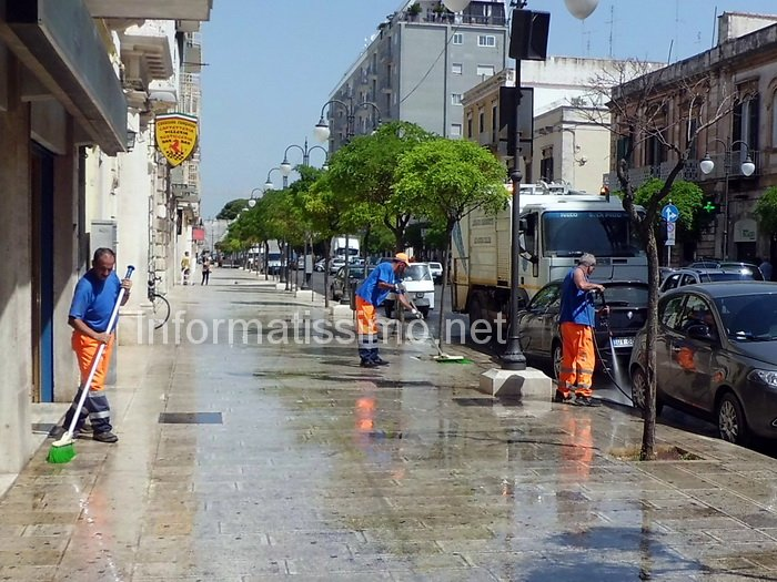 Lavaggio_marciapiedi3