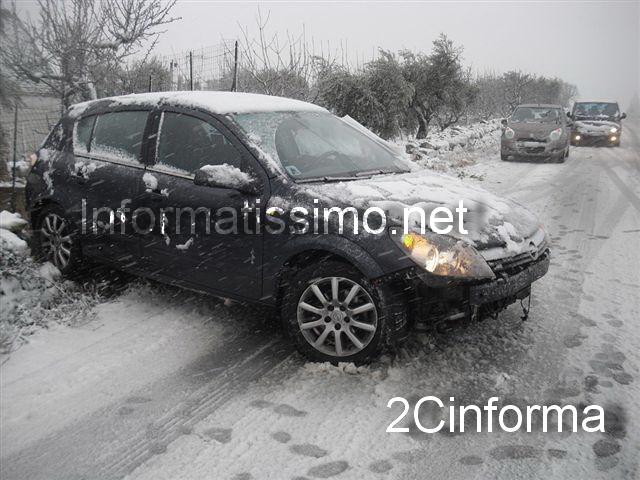 Neve_Putignano_-_Conversano_auto_fuori_strada