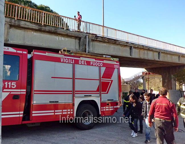 Ponte_Via_Conversano_passaggio_studenti