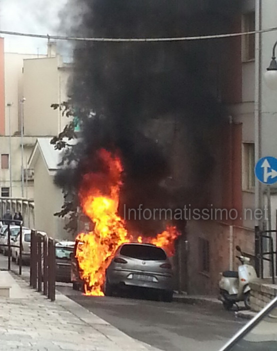 Auto_in_fiamme_Via_Adige