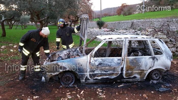 Auto_rubata_distrutta_dalle_fiamme_a_Putignano_copy