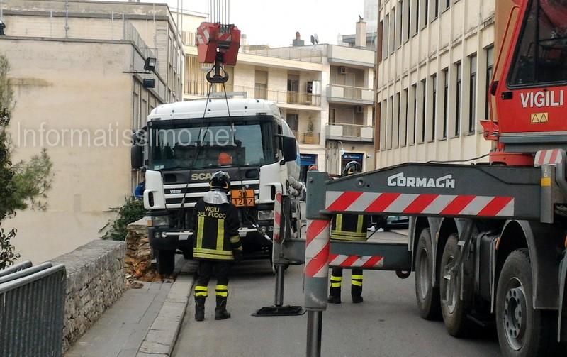Camion_gasolio_in_bilico_Scuola_Parini_Putignano