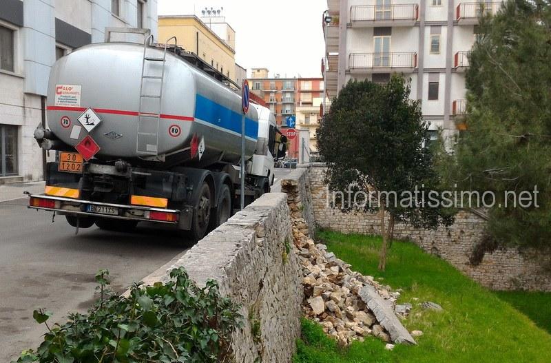 Camion_gasolio_in_bilico_Scuola_Parini_Putignano2