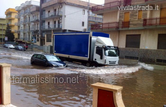 Putignano_-_Auto_in_panne_per_il_maltempo_low_3