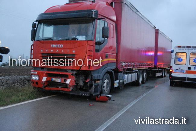 Turi_auto_contro_camion_sp_81