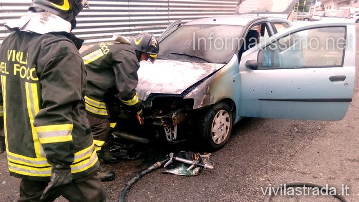 VVF_incendio_auto_a_metano
