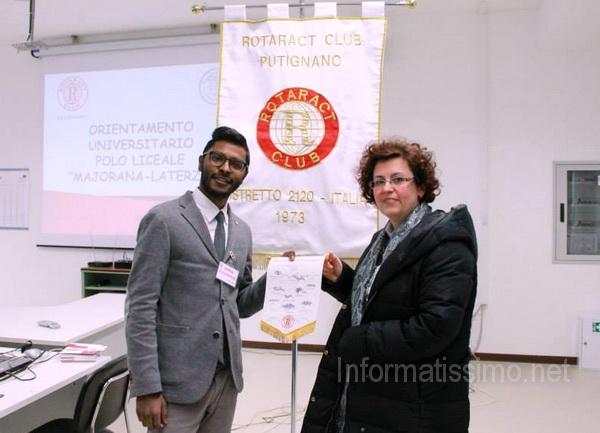 Rotaract_Putignano_Gagliardetto_alla_Prof_Brandonisio