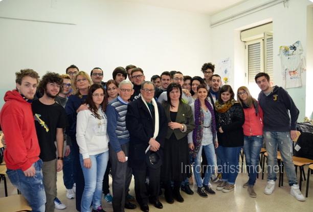 Vincenzo_Landi_con_gli_studenti_dellIPSSEOA_3