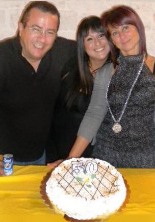 da_sx_Tonio_Coladonato-_Daniela_Anna_Totaro_e_la_famosa_torta